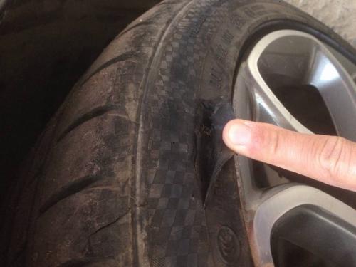 Lốp xe bị rách hông vá được không?